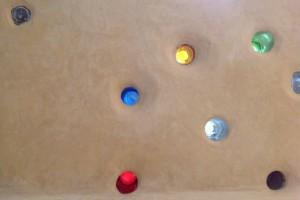 tadelakt e vetri colorati recuperati nella cucina
