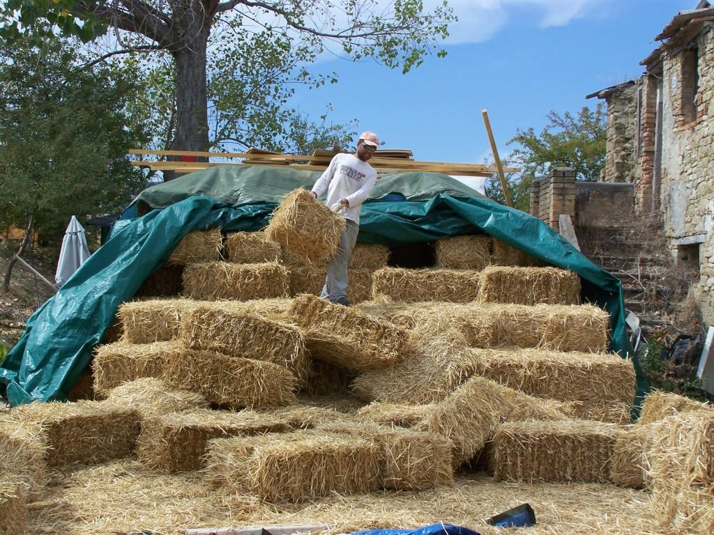 Casa di paglia 45k off grid autocostruita con stufa ad for Piani di casa di balle di paglia di struttura in legno