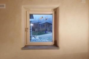 dettaglio spigoli morbidi finestra  in canapa + calce alla fattoria dell'autosufficienza