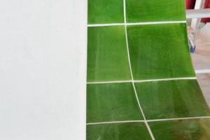 dettaglio panca in maiolica