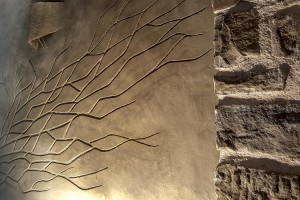 dettaglio  albero  + lampada in terra cruda + sasso  della fattoria dell'autosufficienza