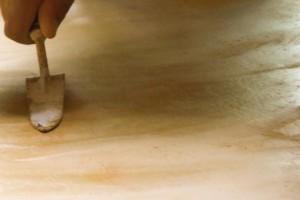 dettaglio stesura finitura pavimento Tataki giallo