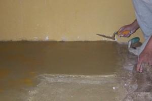 fase di stesura pavimento Tataki giallo