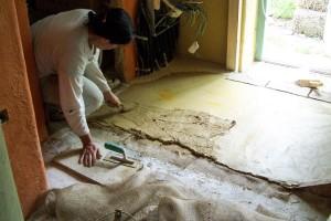 stesura finitura pavimento Tataki giallo